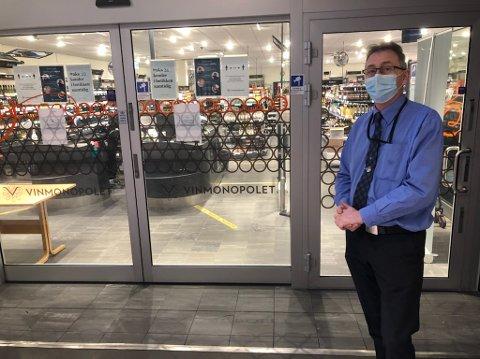 Butikksjef Lars Andreassen på Ski Vinmonopol er skuffet over at de ikke fikk åpnet dørene mandag klokken 10.