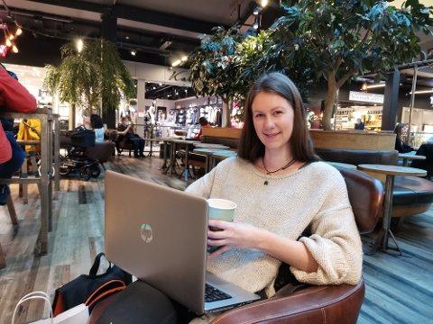 Frida Colleen Østvang (27) tok seg en kaffe mens hun fikk bilen fikset.