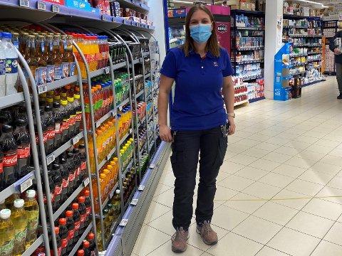 HOLDER ÅPENT: Rema-sjef på Ski storsenter, Jeanette Kjeserud, har ikke planer om å stenge butikken selv om besøket har vært lavere enn normalt denne uken. - Vi har et samfunnskritisk ansvar, sier hun.