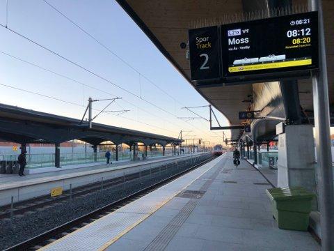 STOPP: Ingen tog får passere Ski stasjon i helga, fordi det skal gjennomføres arbeid på skinnene.