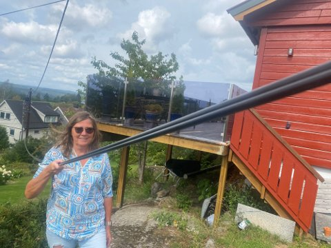 FORT GJORT: Kristin Aasen har hatt mest lyst til å kutte kabelen. – Det er jo fort gjort å komme borti den med hekksaksa, sa hun til ØB med et lite glimt i øyet. Foto: Bjørn Sandness
