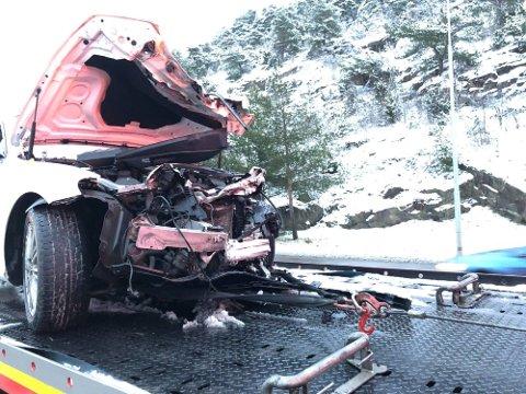 Taxien måtte berges etter å ha fått omfattende skader i ulykken.