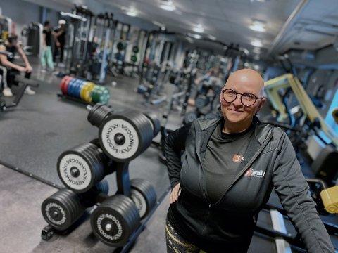 FRUSTRERT: Kari Ottesen ved Family Sports Club på Ski storsenter var glad på torsdag når hun endelig kunne gjenåpne, men sier samtidig at hun er frustrert over uforutsigbarheten som råder under koronapandemien.