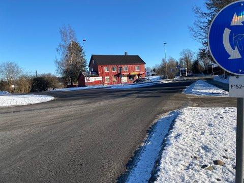 HER: Fra Sander skal det asfalteres både i retning Ski kirke....