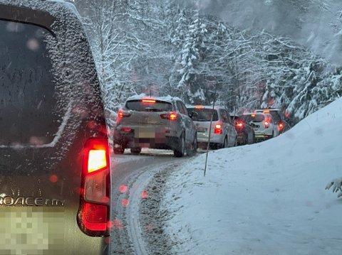 KØ: Fotografen på stedet forteller at enkelte biler snur i køen.