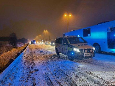 GLATT: Det er svært glatt på E6 torsdag kveld. Bare i Vestby har det så langt vært to trafikkuhell.