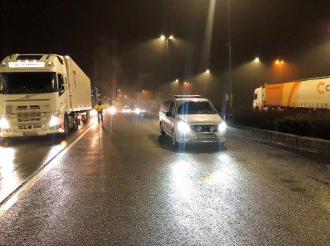 KONTROLL: Flere tunge kjøretøy ble tatt i kontroll mandag kveld.