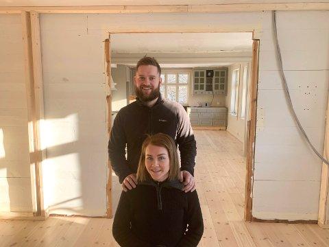 LYST OG ROMSLIG: - Her kommer vi til å trives, sier samboerparet Kristoffer Goa Myhre og Åshild Aalvik. Her i stuen og inn mot kjøkkenet i huset på Vatna.