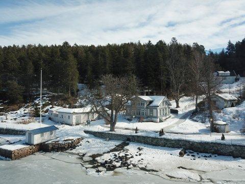 TENTE BÅL: Roald Amundsens hjem ligger rett ved Bunnefjorden. Lysthuset der det ble tent opp bål kvelden 16. januar, vises til høyre i bildet
