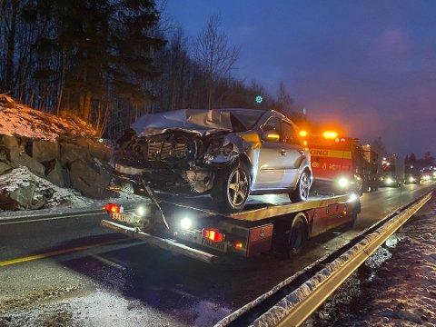 SKADER: Det ble store materielle skader på personbilen involvert i ulykken torsdag morgen.
