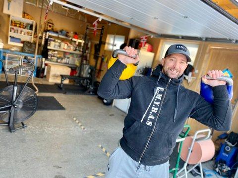 ÅS' FINESTE HJEMMEGYM? Steffen Spro i Ås har benyttet koronatiden til å bygge seg et fullblods treningsgym i garasjen. Kan det være Ås' fineste hjemmegym?