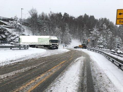 BOM FAST: Dette vogntoget kom seg ikke videre på vei ut på E6 ved Mortensrud.