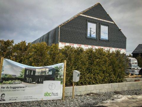 FÅR IKKE BYGGET FERDIG: Espen Etland får ikke bygget ferdig familiens nye hus, fordi flertallet i Hovedutvalg for teknikk og plan har gitt medhold til en naboklage.