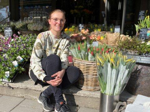 HÅPER: Innehaver Turid Lien i Ski Blomsterforretning håper at blomsterbutikkene får ta imot kunder i butikken igjen snart.