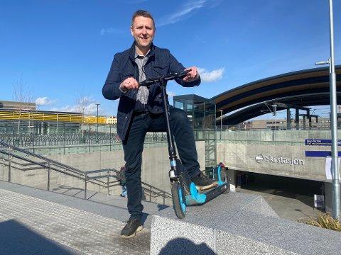 Rune Breivik, prosjektsjef i Bane Nor Eiendom er spent på pilotprosjektet som snart starter opp på Ski stasjon. Snart rykker blant annet 100 elsparksykler inn på stasjonen.