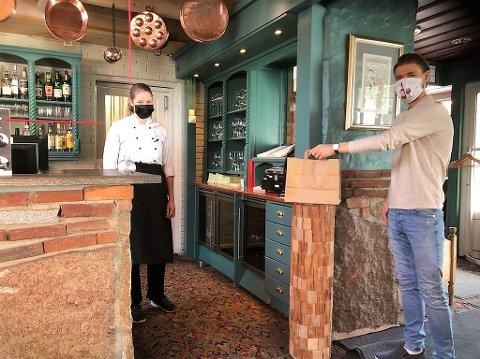 Susanna Vikse og Anker Tenden hos Kumlegaarden i Drøbak sentrum sørger for at kundene kan ta med og nyte restaurantmat andre steder.