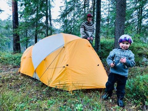EVENTYR: Mons (4) skal være med mamma Ingrid Alm og Ole Thomas Helgesen på tur i nesten ett år. Hvor langt de kommer, avhenger mye av han. Her er de på telttur i Østmarka. Foto: Privat