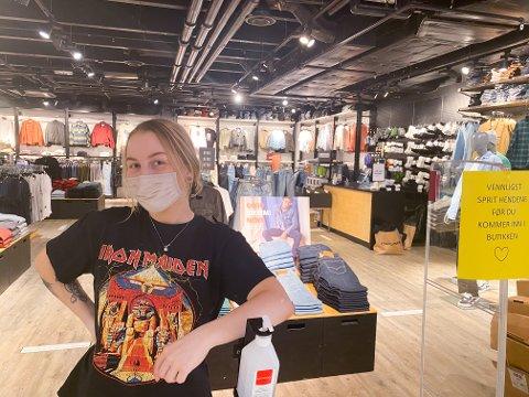 VENNLIGST SPRIT HENDENE: Med skiltet inngang og antibac tilgjengelig ønsker Tina Steinsvik at alle kundene desinfiserer hendene før de entrer butikken.