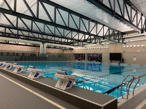 ÅTTE BANER: Kjølnesbadet i Porsgrunn er bygget etter samme standard som kommunedirektør Øyvind Henriksen mener Nordre Follo kommune skal bygge på Langhus.