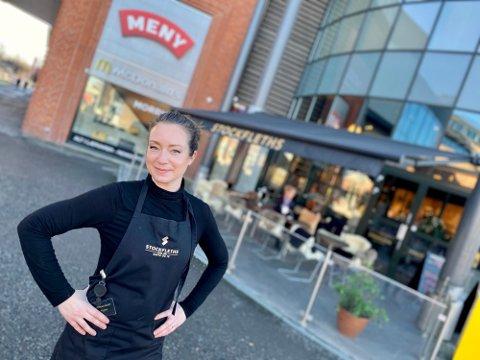 GLEDER SEG: Linn Masko har nettopp oppgradert uteplassen til Stockfleths på Ski Storsenter, og gleder seg til å ta i mot både stamgjester og nye gjester.