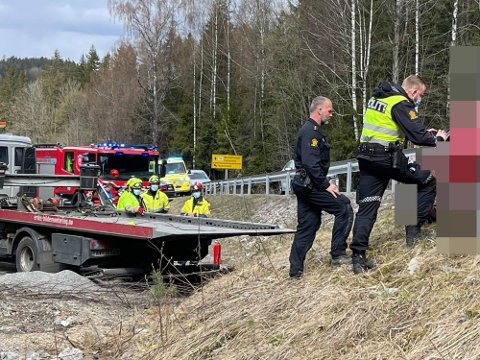 KJØRT I AUTOVERNET: En bil har kjørt i autovernet i Nesoddveien ved krysset inn til Fagerstrandveien.