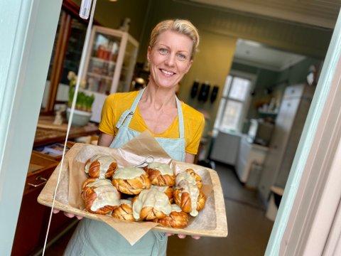 TRAVELT: Det har vært travelt for Kaja Espenes de to første ukene som kafévertinne på Stasjonskafeen i Kråkstad. Nå selger hun nesten 100 boller om dagen.