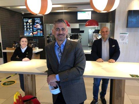 FORNØYD: Petter Fafalios fra arbeidsgruppen bak Toløkka er fornøyd med pengegaven fra MacDonald's, her ved restaurant Anita van der Staal og eier Eduardo Jacobsen.