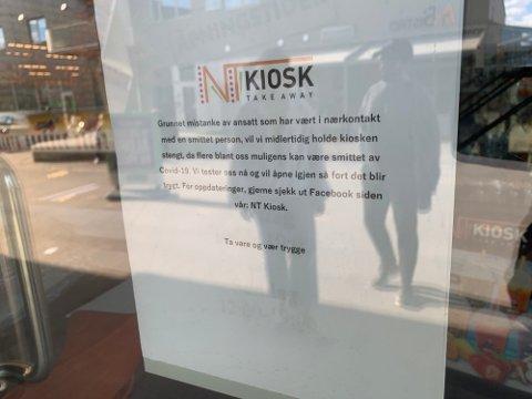 STENGT: NT-kiosken i Ås sentrum har valgt å stenge midlertidig etter mistanke om koronasmitte blant ansatte. Denne lappen henger på døren.
