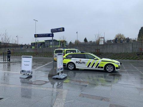 SKI STASJON: Politibiler på Ski stasjon mandag ettermiddag.