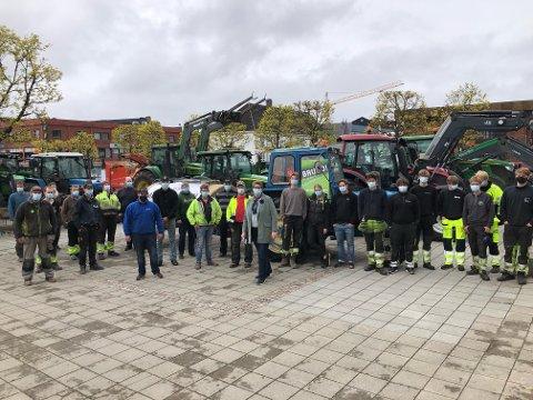 TROPPET OPP: Bønder fra Nordre Follo møtte mannsterke opp foran rådhuset i Ski tirsdag.