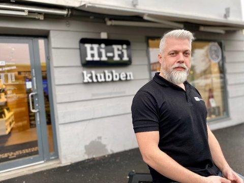 ØKENDE TENDENS: Johan Blytt Holmen merker en  økende tendens til at folk bestiller varer på nett og bruker den lokale Hi-Fi Klubben-avdelingen som returpunkt.