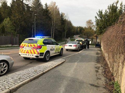 PÅGREPET: Tirsdag 11. mai ble to personer pågrepet i Ås mistenkt for sykkeltyverier. Bildet viser politiet som avslutter operasjonen på stedet.