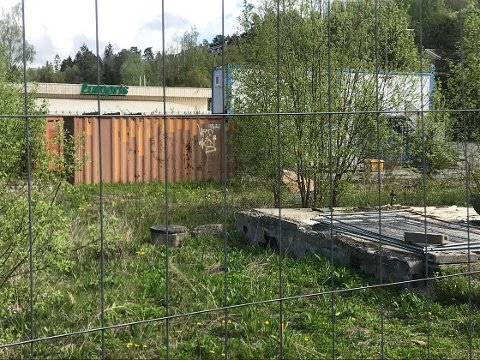 IKKE FJERNET: Riggplassen er ulovlig, men nå har grunneier søkt om at containerne får stå frem til nyttår, i påvente av oppstart av byggeprosjekt.