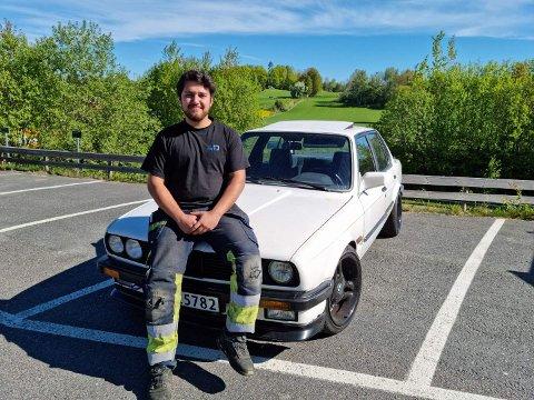 LOKALER: Chan Yeser (21) fra Ski har en plasskrevende hobby. Nå søker han etter en stor garasje hvor han kan skru og restaurere BMW-ene sine.