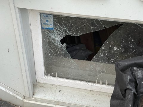 KNUST: En beboer fikk vinduet knust.