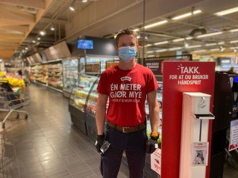 MUNNBIND: Flere av kundene går uten munnbind, men de ansatte på Meny på Ski storsenter bruker det en stund til.