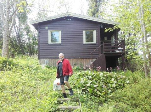 SKOGSATELIER: Inne i et lite skogholt ikke langt unna Nesset har Jan Baker fått låne denne hytta, hvor han er fjernt fra snekkerbråk og støv på hjemmebane.