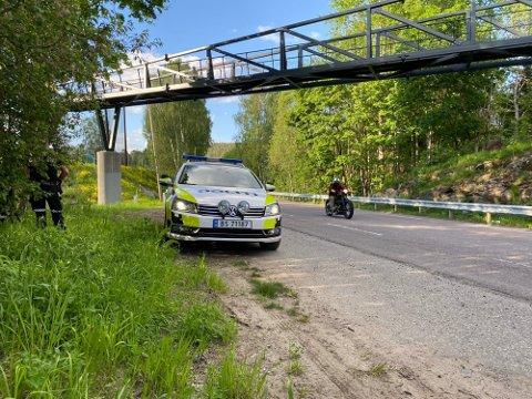 PÅ PLASS: Det siste døgnet har politiet tatt flere førerkort, som her langs Gamle Mossevei, hvor fire førerkort røk på stedet onsdag kveld.