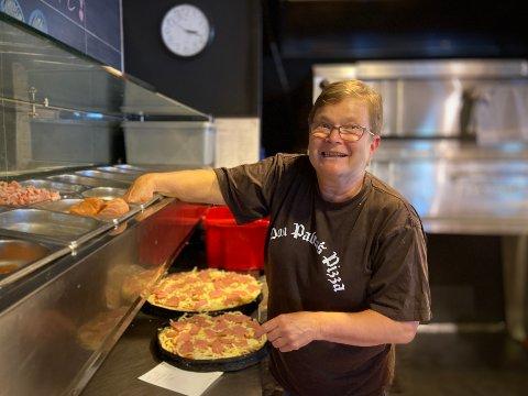 Rykende fersk: – Det første jeg gjør er å slå på ovnene, for de bruker én time på å bli varme, forteller Sissel Andersen.