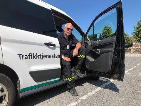 SOL OG VARME GJØR NOE MED OSS: Trafikkbetjent Tom Friis Baastad ber alle bilister om å sørge for å parkere lovlig og aldri være til hinder for annen trafikk. Ved godt vær er problemene størst i Ingierstrandveien.