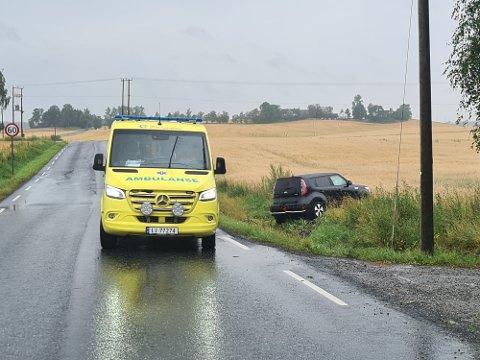 En bil har kjørt av veien i Løkenveien mellom Kråkstad og Ski, tirsdag formiddag.
