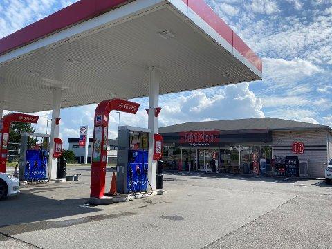 NORDBYVEIEN: Politiet måtte bistå da en kunde nektet å forlate Esso-stasjonen i Nordbyveien i natt.