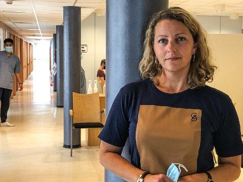 FORNØYD: Rundt 90 personer kom til koronasenteret i Ås for å få første dose av vaksinen uten avtale på forhånd. Det er leder Monica Berge-Tukh svært fornøyd med.