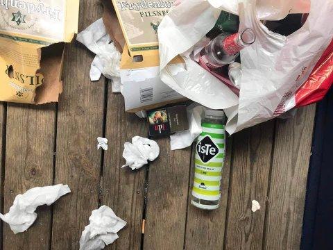 ET (DESSVERRE) VANLIG SYN: I Tussestien barnehage på Langhus, etterlater små og store ungdomsgjenger seg søppel.