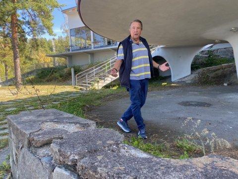 FORVITRER: Ulf Michaelsen mener det ikke hjelper å bruke millioner på restaurantbygningen når alt på utsiden forvitrer.