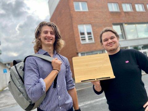 NEVØ OG ONKEL: Niklas Alexander Falkenburger (t.v.) og onkelen Augustinas Bjerkeland har sammen startet firmaet Skolekroken i Ski.