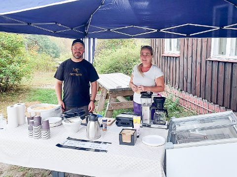 BLE TATT GODT IMOT: Nicolai Kristiansen og Toril Thon er veldig fornøyd med mottagelsen etter helga vaffelstunt på Møllerenga.