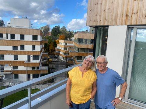 FORNØYD: Hilde Bergan og Knut Flinterud er spesielt fornøyd med sin sydvest-vendte terrasse på 15 kvadratmeter.