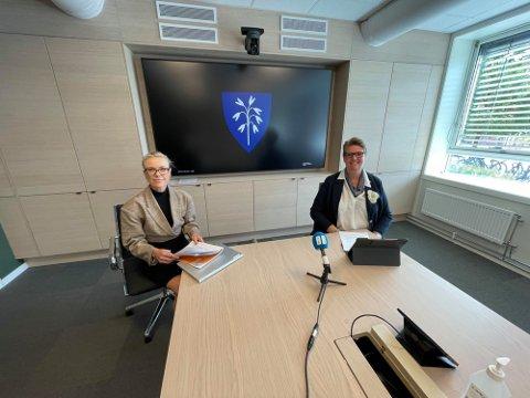 INFOBEHOV: Kommuneoverlege Kerstin Anine Johnsen Myhrvold og ordfører Hanne Opdan har forståelse for at det er et stort informasjonsbehov i befolkningen om dagen.