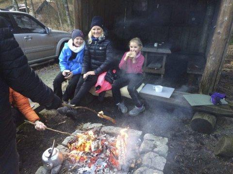 Koste seg: Blant dem som koste seg på Lauvesetra var Janne Borch-Jensen. Her sammen med døtrene Jenny (t.v.) og Frida. Foto: Ørnulf Pettersen